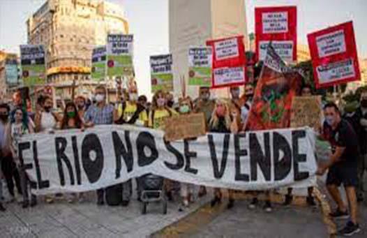 Personas manifestándose a favor de una Campaña Plurinacional en defensa del Agua para la Vida