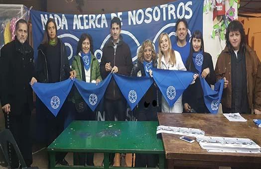 Personas con el el pañuelo azul de lucha por los derechos de las personas con discapacidad