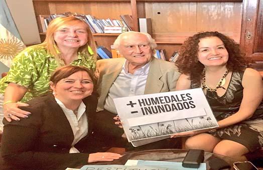 Personas apoyando una ley de humedales, se ve a María José Lubertino y a Pino Solanas