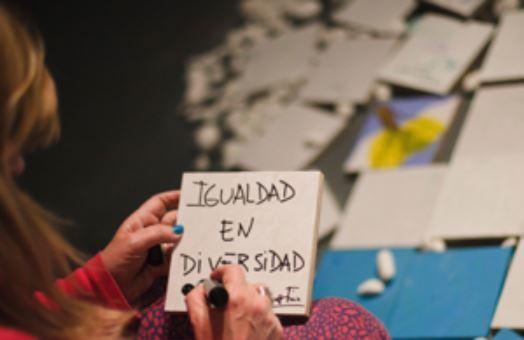 Anotación en un papel con la inscripción Igualdad en Diversidad