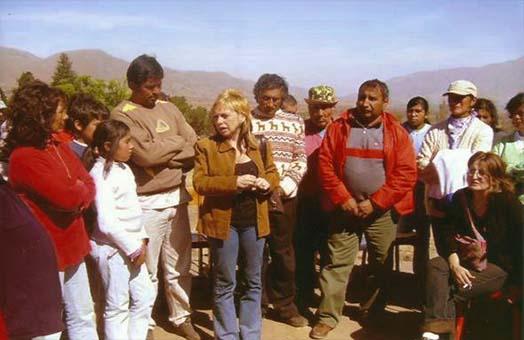 María José Lubertino junto a personas del pueblo originarios