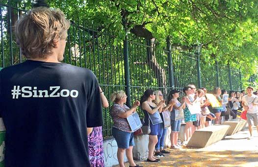Personas manifestándose por los derechos de los animales