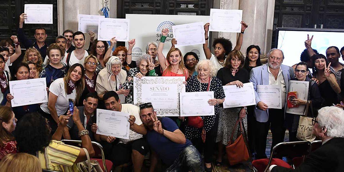 Mari Jose Lubertino junto a diferentes representantes politicos, madres de plaza mayo, en el senado de la republica Argentina.